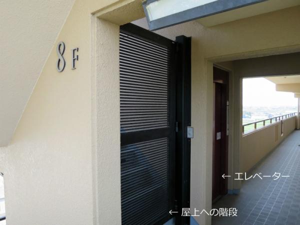 屋上階段上り口 通用口門扉(西側8F) 2015年4月26日撮影