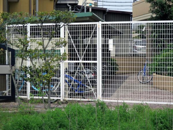 駐輪場南 門扉(閉鎖中) 2015年4月28日撮影
