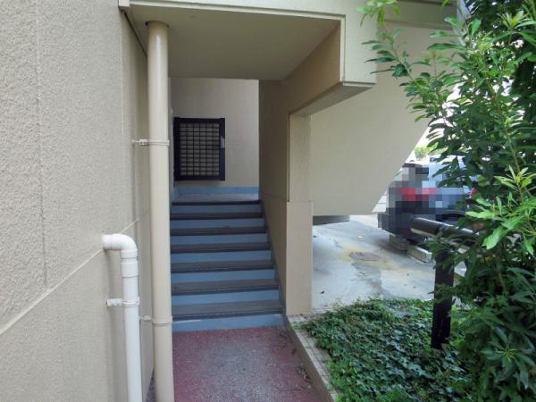 マンション東側入口(1F) 2015年8月1日撮影