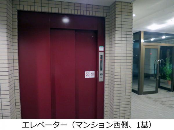 エレベーター(マンション西側/1基) 2015年8月8日撮影